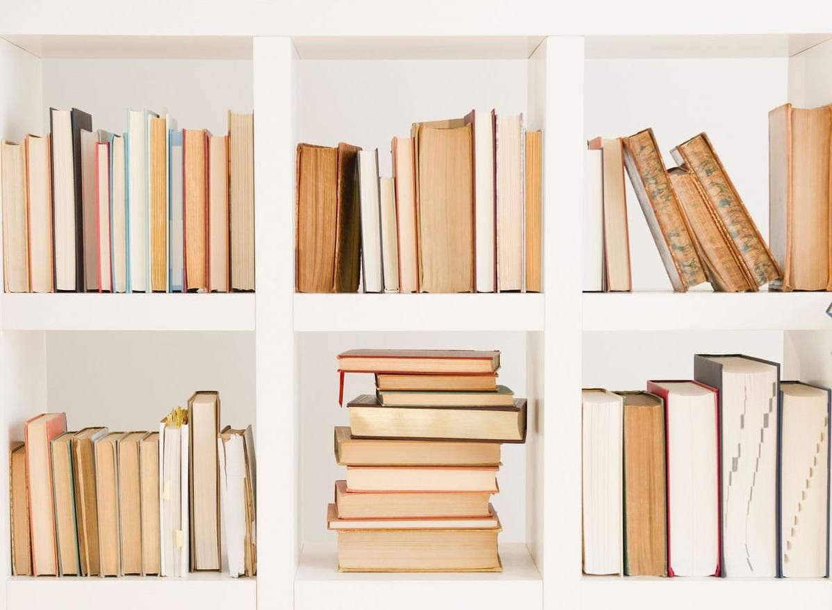 Étagère bibliothèque simple mais élégante.